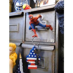 壁に貼り付いた映画さながらのポーズを決めたスパイダーマンが手にするのは・・・・ うちの自宅のカギだっ...