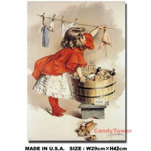 お母さんの真似をして自分の物やお人形を洗濯している女の子が描いてあるブリキの看板です。  真っ赤な...