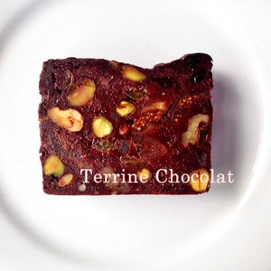 テリーヌ自慢のビストロが手掛けるチョコレートのテリーヌ。  プラム、イチジク、レーズン、オレンジピー...