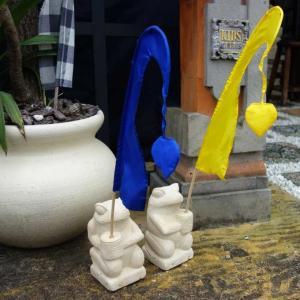 バリ島のカエル 石像 置物 バリ旗 ウンブルウンブル 2体セット H20 アジアンガーデン バリ風 エクステリア|caran2