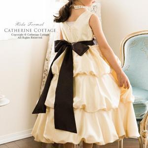 光沢のあるやわらかなベージュ色の優雅なドレス。 ダンドールスカートのふわっとしたギャザーが魅力的です...
