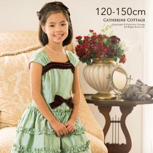 グリーンのシャンタン生地にベロアのフリルをあしらった、優しい色あいのドレス。 ベロアのリボンコサージ...