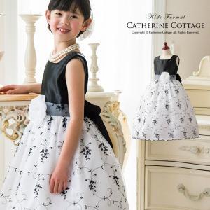 身ごろ部分は、上品な光沢のブラックサテンの子供ドレス。襟元は首をきれいに魅せるスクエアネックとなって...