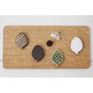 松ぼっくり 箸置き 木の実 陶器 緑/白/金/黒 縁起物 信楽焼 かわいい おしゃれ 松かさ|cayest