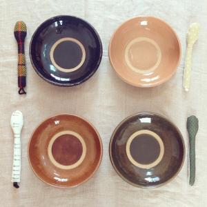 ◆最後の一口まできれいにすくえる 河原崎優子さんのカレー皿 色もデザインもかわいくて いろいろ多様に...