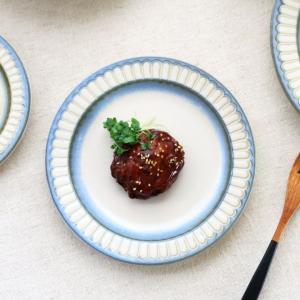 和食器とも洋食器とも言えるデザインのブルーポットマムシリーズ。 表面はサラサラとした釉薬で、縁にはポ...