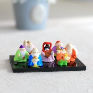 縁起物の大定番、陶磁器製の宝船に乗ったかわいい七福神の七体セット置物です。 職人によって一点一点丁寧...