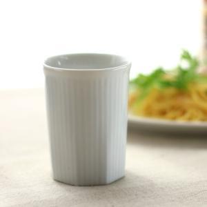 シンプルすぎない縦縞エンボス入りのな真っ白な湯のみです。 絵付けをして世界に一つの湯飲みを作るのも素...