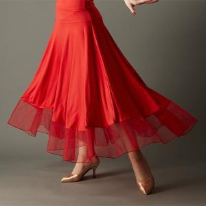 ●裾を配色のチュールで切り替えたデザインのフレアロングスカート。 ●ぴったりとしたヨーク下からフレア...