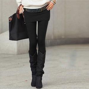 シンプル無地のスカート付きレギンス。ストレッチ素材とウエストゴムで履き心地も抜群。美脚、脚長効果もあ...