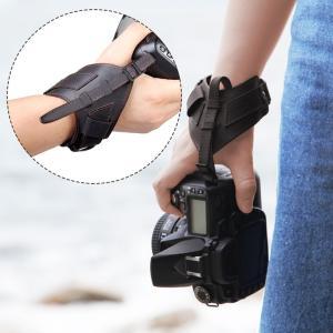 ■カメラをしっかりホールドできるので持ち歩きのとき便利!落下防止にもなります。    また、撮影時の...