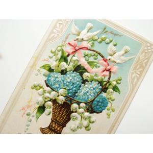 アンティーク絵葉書。 愛らしい2羽の白鳩が、ハートを模った忘れな草と、すずらんの 入ったパニエを運ん...