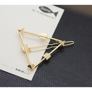 トライアングルアロー(三角形の矢)モチーフのオシャレなローマピンです。  大人っぽさが感じられるデザ...