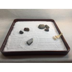 漆塗盆を使った禅寺風の箱庭〜自然石と白砂(寒水砂)で砂紋を描いて枯山水を再現(ミニ熊手付き)〜簡単に作れる癒しのインテリア『ZenTei-004』|clips-yj
