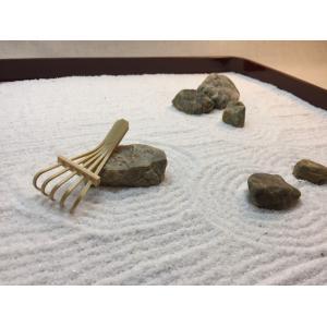 漆塗り盆に白砂と自然石で作る枯山水〜砂紋を描いて癒される禅庭キット(ミニ熊手付き)『ZenTei-004』|clips-yj