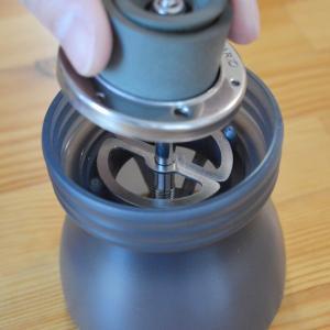 お手持ちのコーヒーミルに取り付けて、コーヒーの粉の大きさを均一にするプレートです。  このプレートを...