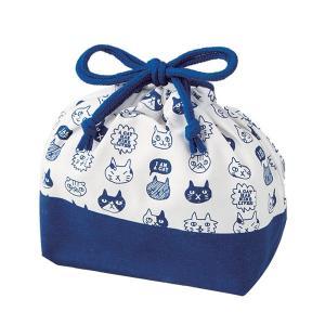 ゆるめのタッチで描かれた茶目っ気たっぷりなネコ達のイラストがかわいいランチ巾着です。同じデザインの弁...