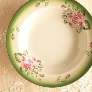 クラシカルなステンシルローズの愛らしさ♪  渋めのグリーンのふち取りを施した、 大人可愛いバラのシリ...