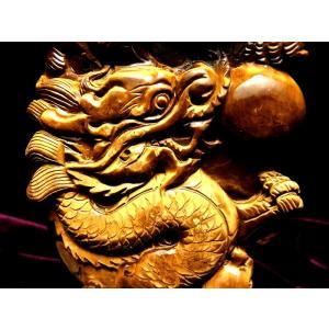 玉持ち龍神  タイガーアイ(虎目石)龍彫刻置物 重さ 1032g 高さ211mm(木製台付き) ドラ...