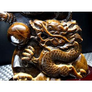 玉持ち龍神  タイガーアイ(虎目石)龍彫刻置物 重さ 911g 高さ208mm(木製台付き) ドラゴ...
