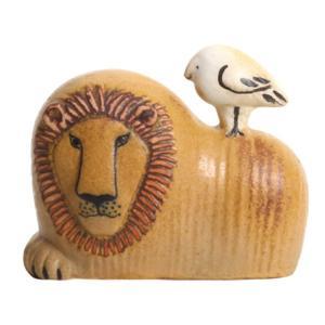 凛々しいライオンの背中の上に ちょこんとおとぼけな表情の小さな鳥が乗っている作品。 凛としたライオン...