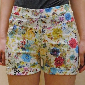 XS〜Mサイズ【セレクト商品】白地に転写プリントのフラワープリント◆ショートパンツ|cool-klothes