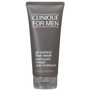 さっぱりとした洗い心地のリキッドタイプの洗顔フォーム。 肌に必要な潤いを奪うことなく、汗や皮脂のべた...