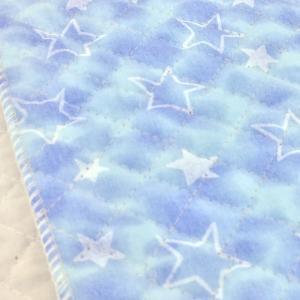 ムラ染のプリントに星柄のプリントのキルティング生地。 巾着袋やレッスンバッグなどの袋物、いろいろなカ...