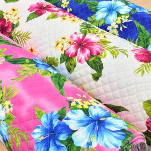トロピカルなハワイアンらしいハイビスカスが鮮やかなブロードのプリントキルティング生地。 袋物やカバー...