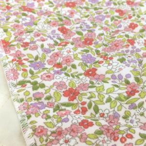 花柄のプリントのナイロン素材のキルティング生地。 袋物やカバーなどにオススメです。  キルティング生...