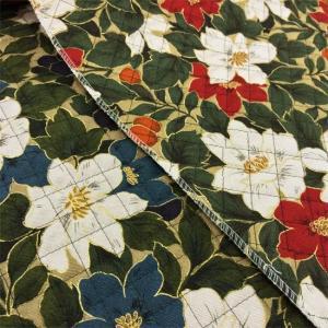 お花と葉っぱのまわりにゴールドで線描されたキルト生地。  表がツイル(綾織り)なので、しっかりしてい...