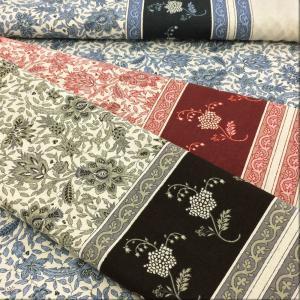 バティック調のボーダープリントの綿麻キャンバス生地。 洋服、袋物、インテリアなどにおすすめです。  ...