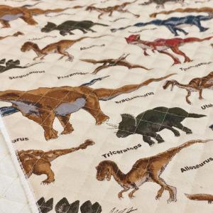 かっこいいリアルな恐竜柄のキルティング生地。 男の子の入園入学グッズなどの 袋物、カバー、インテリア...
