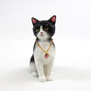 ちょこんと座ったおすましネコちゃん。 揃えた前足や、背中のカーブ、後姿の愛くるしさは、本物のネコちゃ...