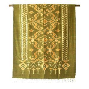 タイ東北部、イサーン地方の手織りシルクです。菱形模様の絣がシンプルで上品です。緯糸のみに模様を染め、...