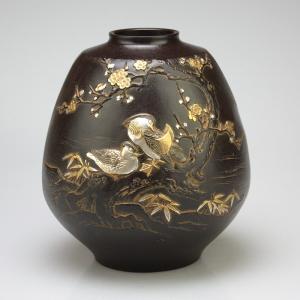 青銅製花瓶 彩花 彫金万年青(おもと) 木製トチ板(7号)付|craft-crowd