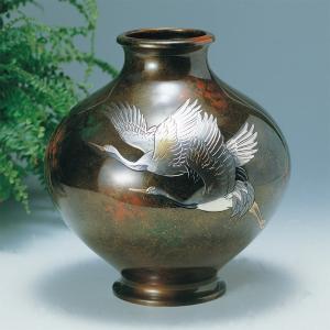 青銅製花瓶 寿型10号 彫金二羽鶴 木製みずき花台(13号)付|craft-crowd