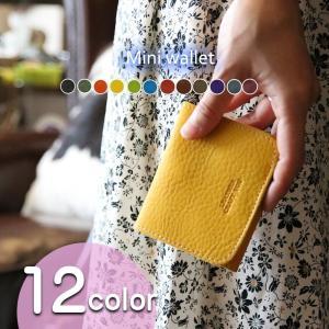 キメが細かく柔らかな牛革を使い1点ずつハンドメイドで仕上げた三つ折りタイプのミニ財布。オイル分を多く...