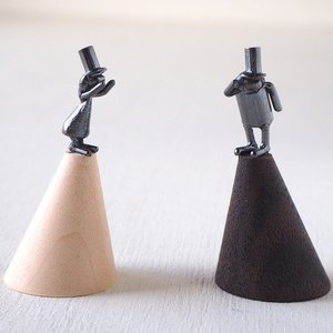 ブロンズ造形作家・コイズミタダシ コビトのリングスタンド「つながり糸でんわ」|craftcafe