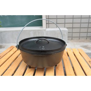 キャンプ用の脚付きのダッチオーヴンです。揚げ物、蒸し物、焼き物、煮込み料理すべてができる万能鍋です。...