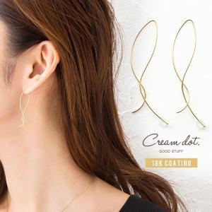 下から耳たぶに通して装着する、華奢なメタルワイヤーのフック式ピアス。 長さの異なるクロスラインで耳元...