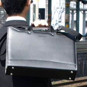 メンズビジネスバッグ 日本製 A4ファイルサイズ 軽量合皮ブリーフケース 大開きビジネスシリーズ 黒色 豊岡の鞄  22158 さらに特典付き 特選|crescent