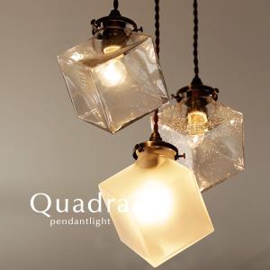 厚みのあるハンドメイドガラスをキューブ型のデザインに仕上げたペンダントライトです。 シンプルなクリア...
