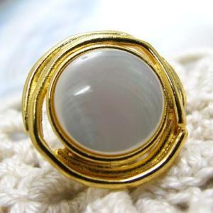 金属キャストをサイドに巻いた土台の 貝 ボタン (1276) CPB-022 15mm|cufflink
