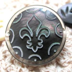 黒蝶貝をポリエステルでコーティングしユリの紋章を加工した ボタン (BL-1260) CPB-060 23mm|cufflink