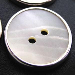 金属に平らな天然貝を嵌めこんだ二つ穴 ボタン (1242) CPB-093 20mm|cufflink