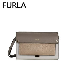 カッチリしたフォルムのショルダーバッグはお財布機能も兼ね備えた優秀バッグ。カードポケットはもちろん、...