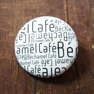 カフェ シンプル カジュアル バッジ 白 / Bechamel Cafe ( ベシャメルカフェ ) オリジナル 缶バッジ 38mm( ホワイト 英字 )|daiwa-kigyo