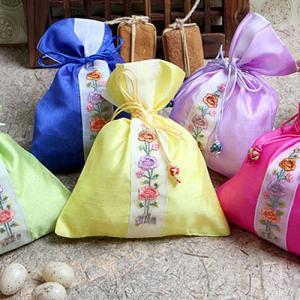 韓国雑貨 韓国伝統 アクセサリー シルク花柄巾着袋 小 韓国伝統の模様を付けた巾着です 花の刺繍がとてもカワイイです 韓国のお土産にもピッタリ 母の日 ギフト|dami