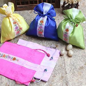 韓国雑貨 韓国伝統 アクセサリー シルク花柄巾着袋 韓国伝統の模様を付けた巾着です 花の刺繍がとてもカワイイです 韓国のお土産にもピッタリ 母の日 ギフト|dami